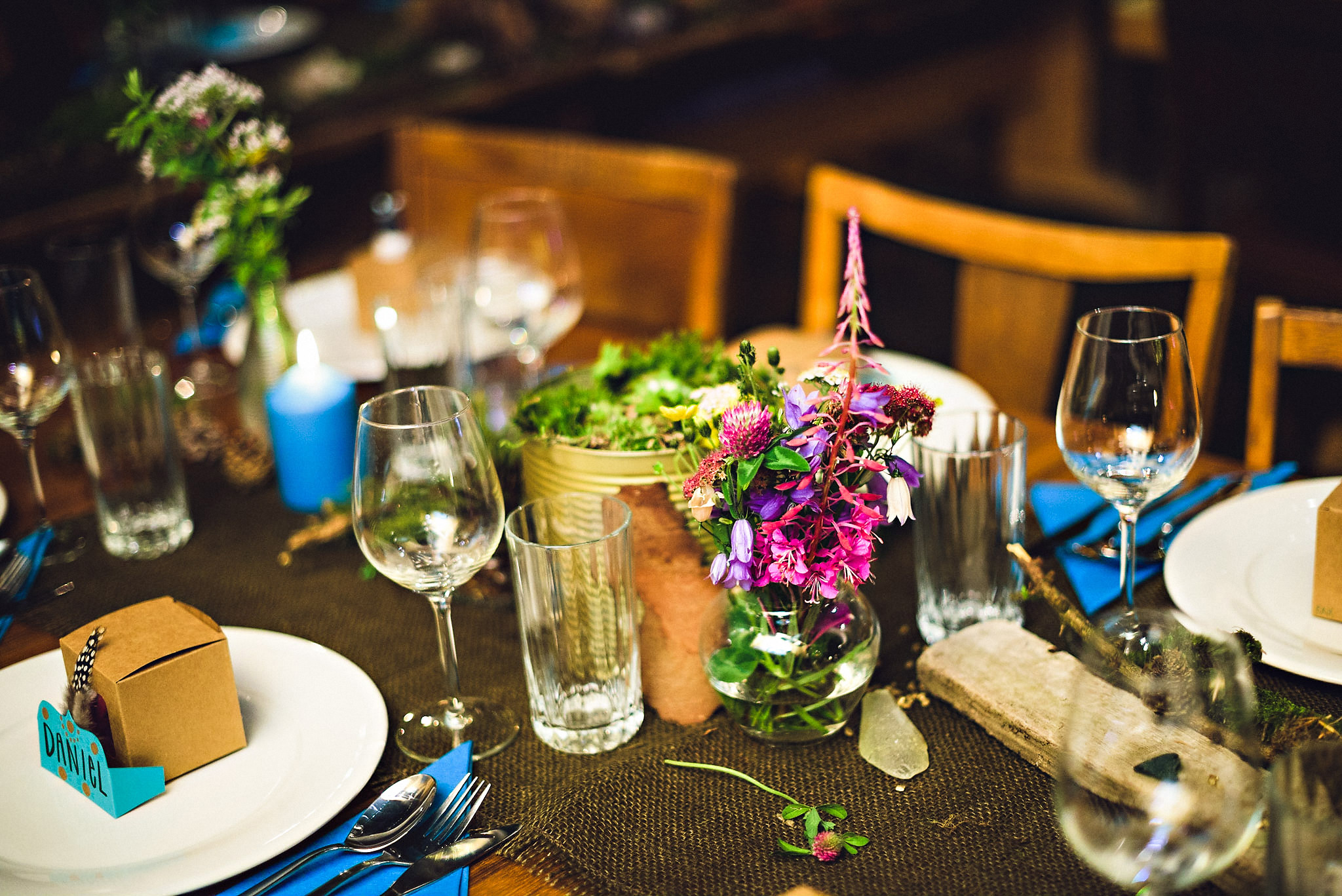 Egenplukka markblomster gjør seg kjempefint på bordene. Foto:  Eirik Halvorsen