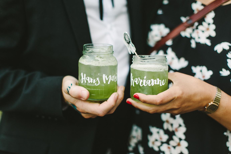 Bruk syltetøyglass som drinkglass! Disse ble brukt både som bordkort og vannglass under middagen og personlige drinkglass på kvelden. Foto:  Moment Studio