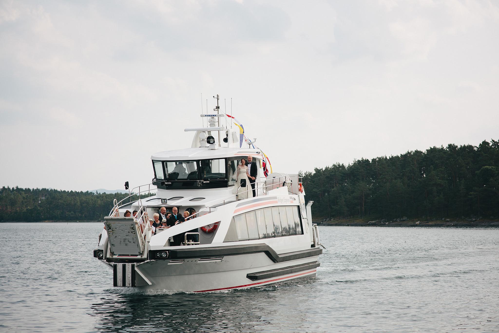 Samle alle gjestene på en båt for en hyggelig felles transport fra f.eks. vielse til selskapslokalet hvis dere gifter dere ved sjøen. Foto:  Åsmund Holien Mo