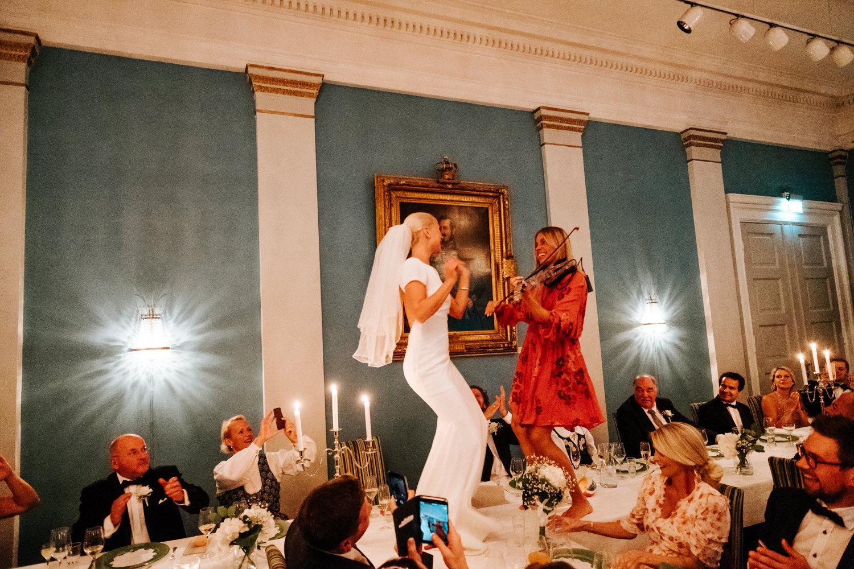 Hvis du planlegger et bra musikkinnslag så er det jo lov til å danse på bordet! Foto:  Vegard Giskehaug