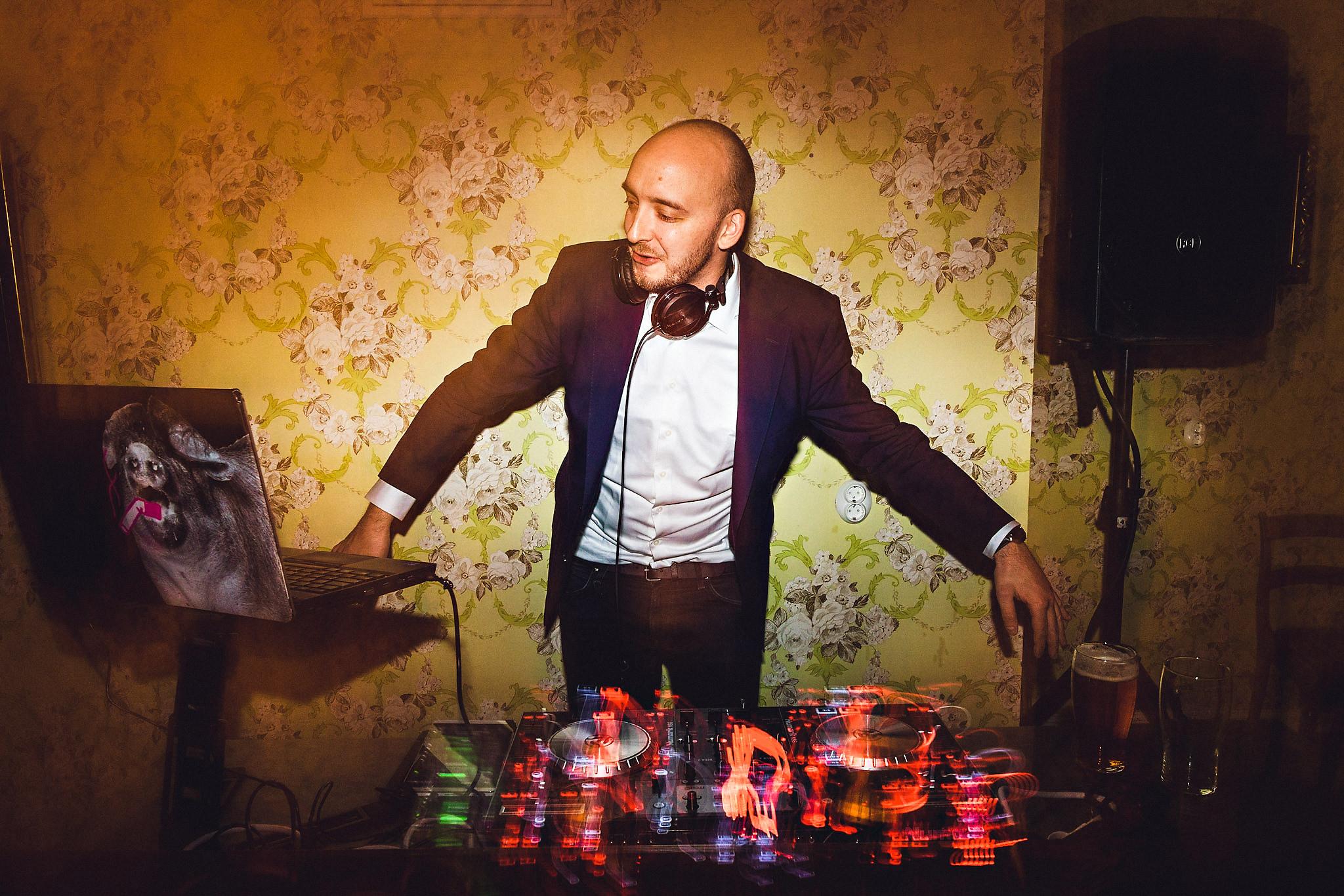 En profesjonell DJ vet å lese dansegulvet og skru stemningen opp til 11. Foto:  Eirik Halvorsen