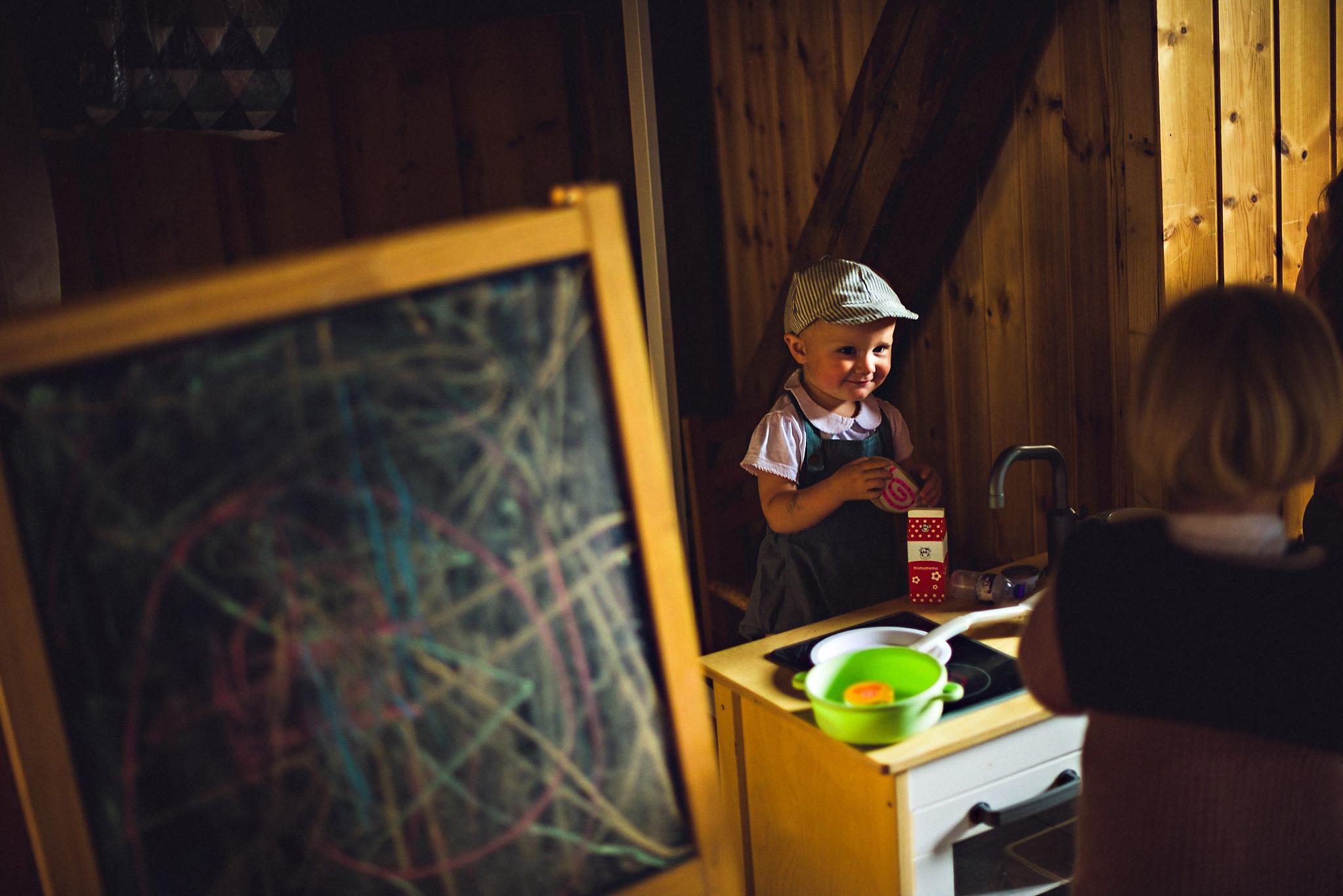 Et eget lekehjørne for barna skaper god stemning blant de små. Foto:  Eirik Halvorsen