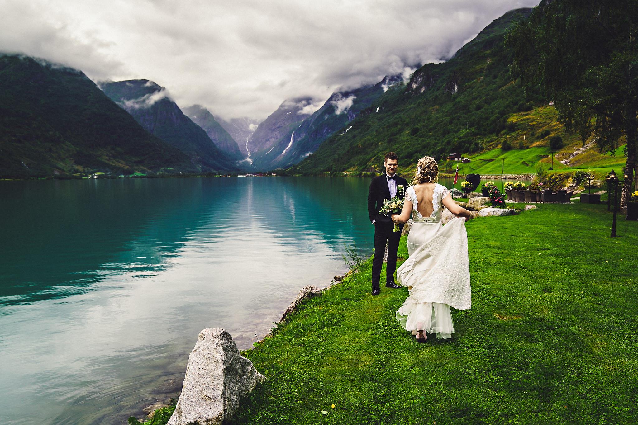Brudeparet på gressplenen utenfor lokalet. Foto:  Eirik Halvorsen