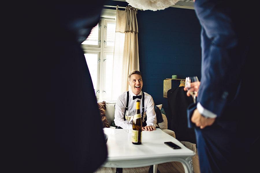 brudgommen med forlovere bryllup stavanger fotograf
