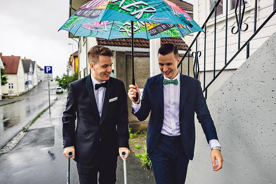 brudgom og forlover i regnet på vei til vielsen i kirka i stava