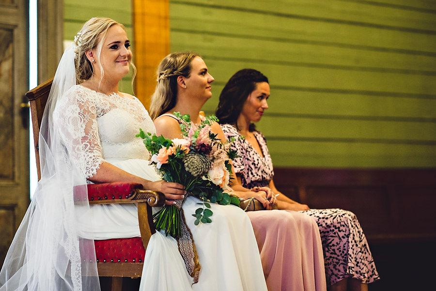 bruden under vielsen bryllupsfotograf stavanger hetlandskirka