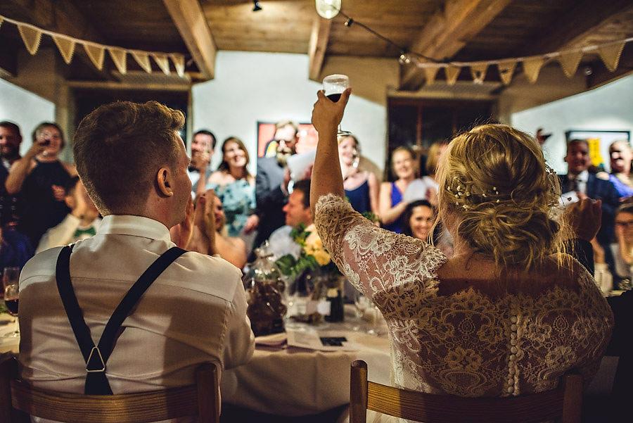 øyeblikksbilder fra bryllupet bryllupsfotograf brusand og jære