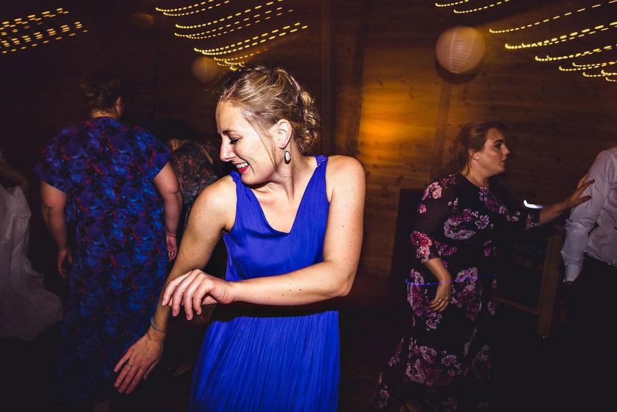 fest og danseglade bryllupsgjester bryllupsfotograf stavanger