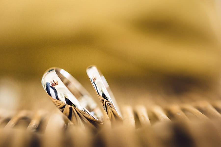 brudgommens speilbilde i giftering i stavanger