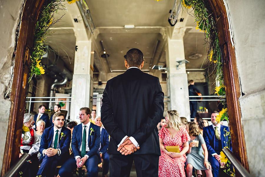 brudgommen venter spent på bruden i bryllup på tou scene i sta
