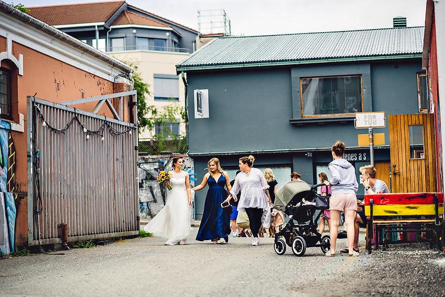 bruden ankommer bryllup på tou scene i stavanger