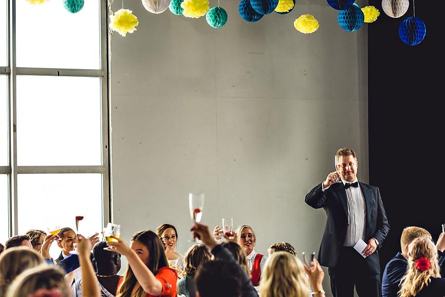 Far til bruden skåler for gjestene i bryllupet på Tou Scene i