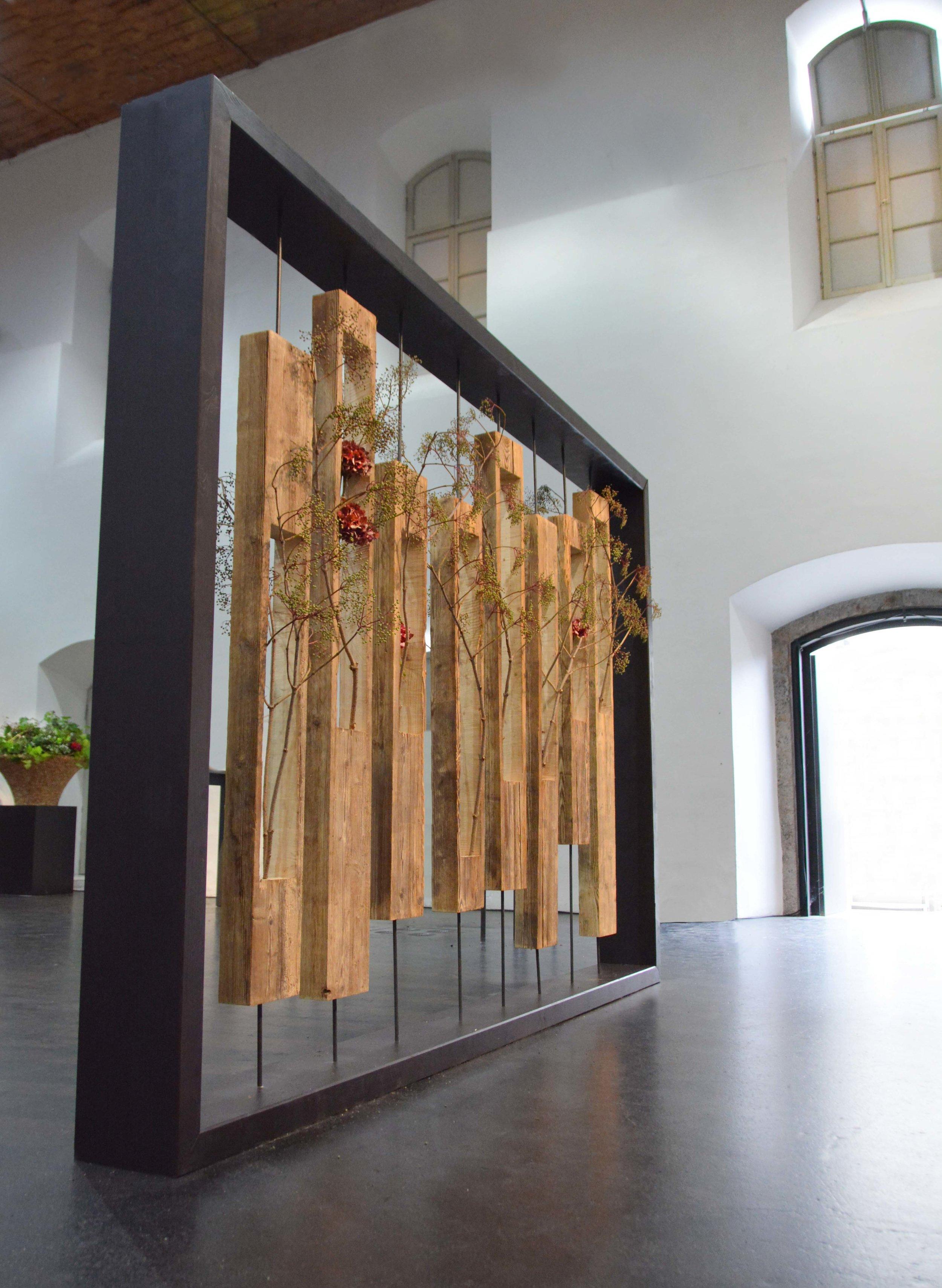 Grosse Dimensionen - viel Raum war für die diesjährige Ausstellung der Meisterarbeiten notwendig, da an der Meisterprüfung in Innsbruck rund 200 Werkstücke entstanden. Hier ein Blick in die Säulenhalle kurz vor der Eröffnung.