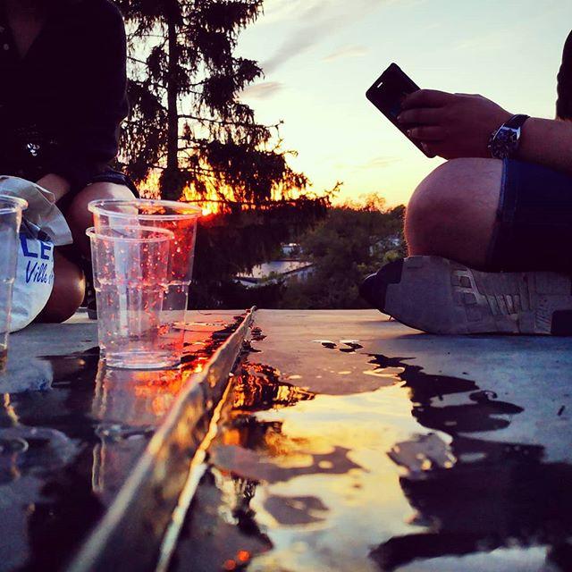 Solnedgångens sista strålar reflekterade i en öl puss på Johannas tak på Stora Essingen.