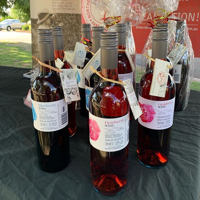 Last market for the year!! Come and get your last minute Christmas gifts at the @mansfieldfarmersmarket today!! We are here until 1pm.  #raspberrywine #mansfieldmtbuller #mansfieldproducers #shoplocal #christmasmarket #chrismasgift