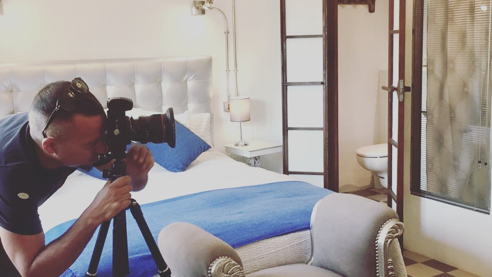 Esta foto me la hizo con su móvil Lia Fichenich la Directora del hotel, mientras trabajaba. Gracias por la foto.