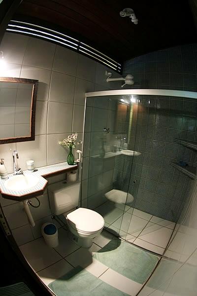 Banheiro do quarto para reserva em Fernando de Noronha - Pousada Naiepe - 1