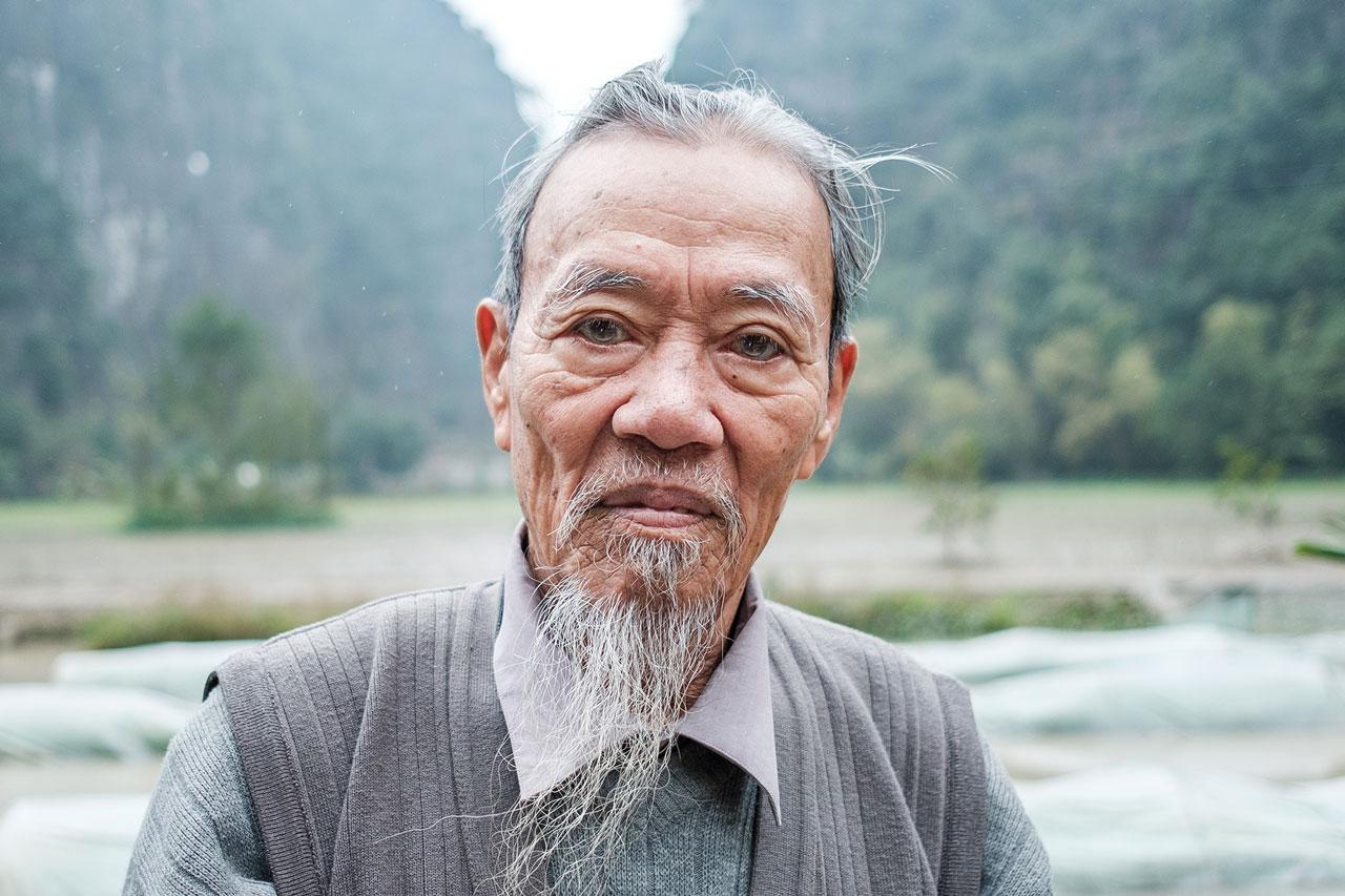 Copy of portrait vietnamese man in front of rice field kulturhybrid