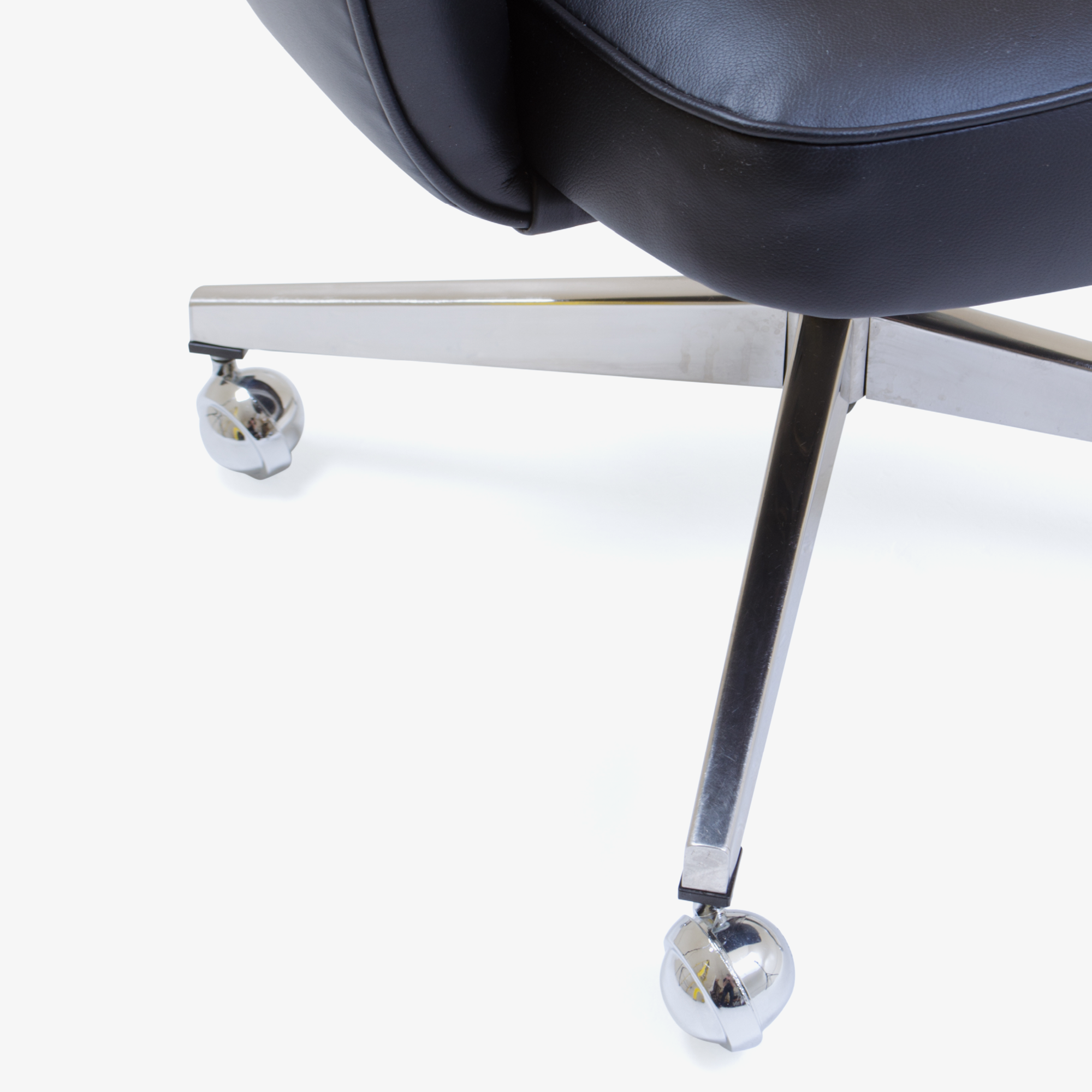 Knoll Saarinen Executive Arm Chair in Leather