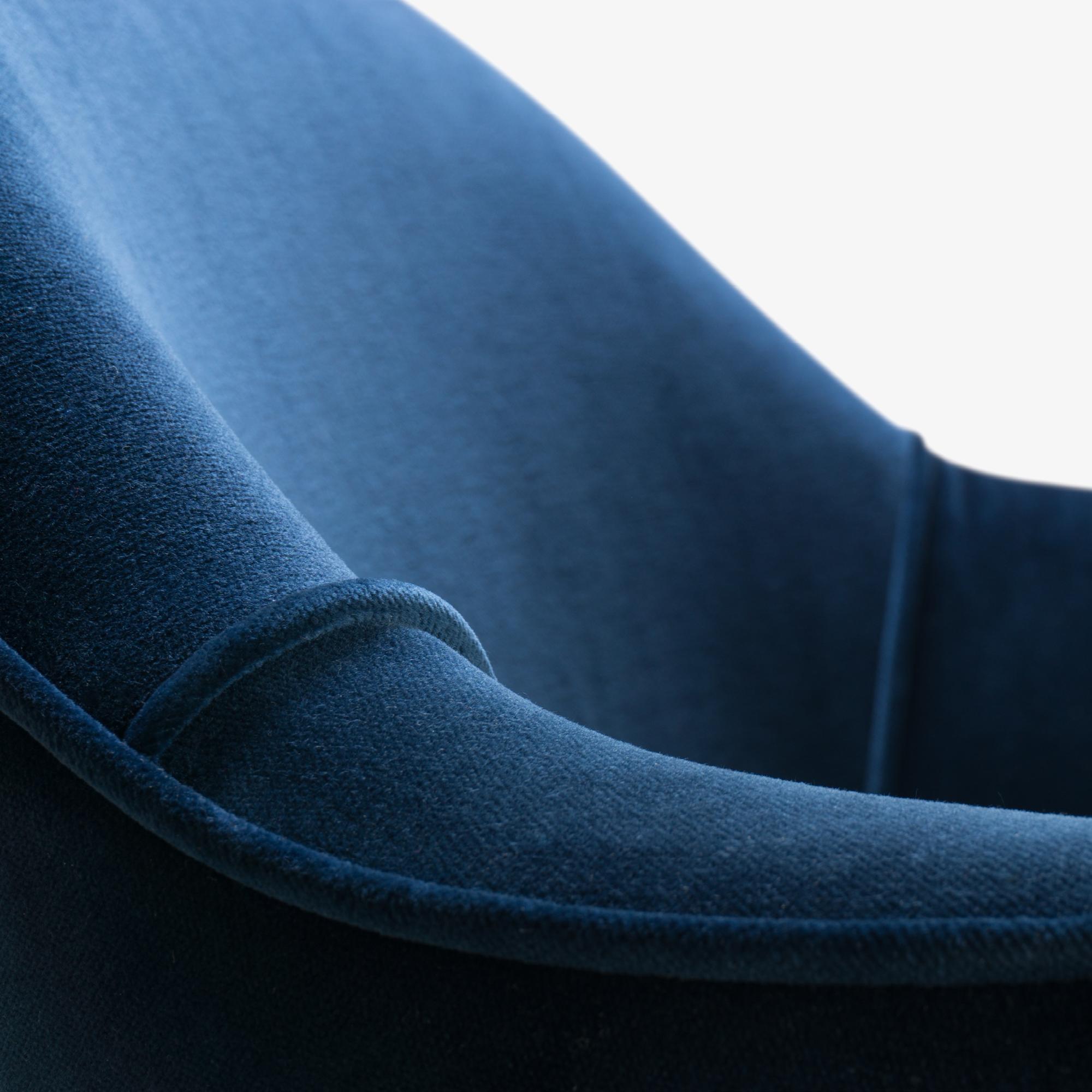 Saarinen Executive Arm Chair in Navy Velvet, Swivel Base, 24k Gold Edition8.png