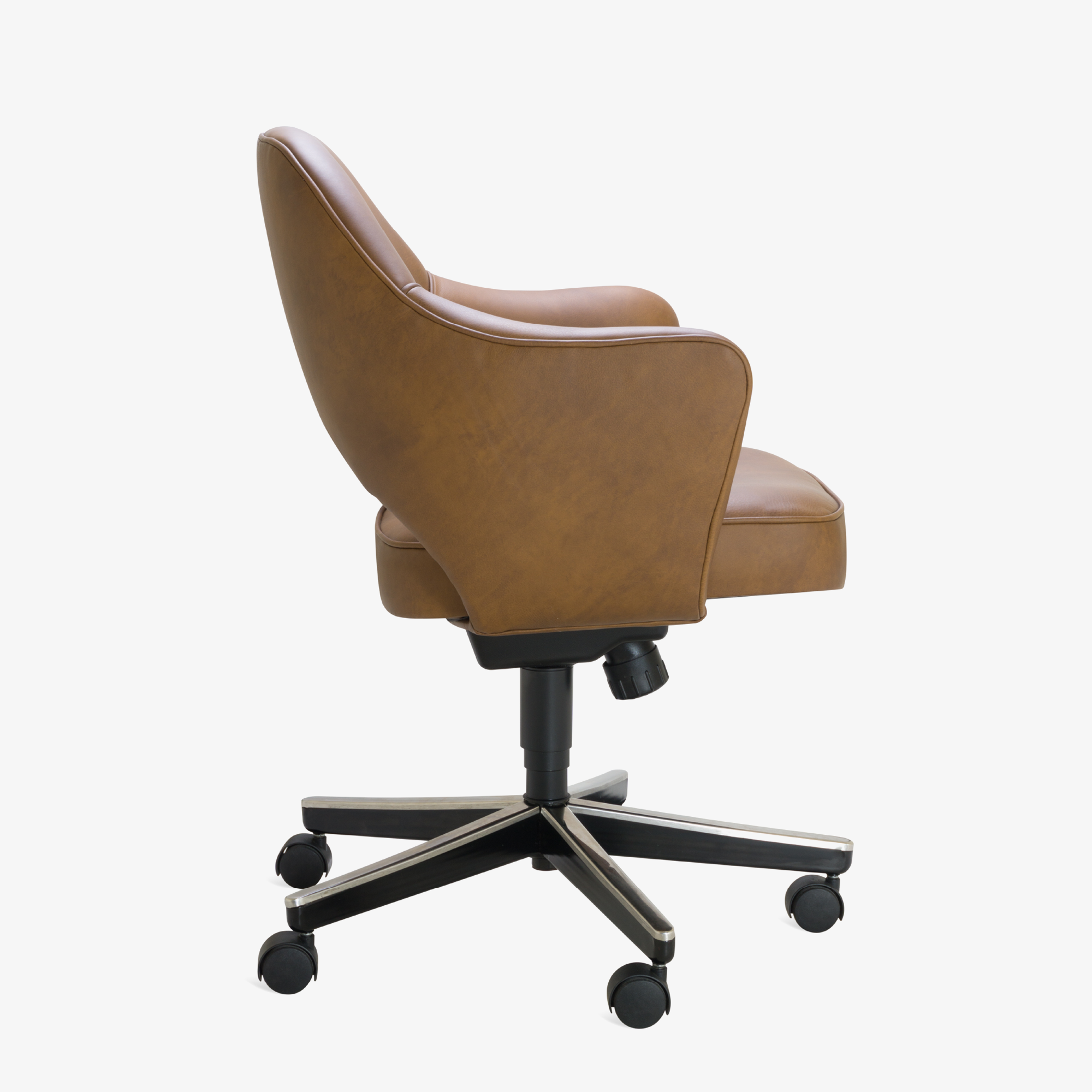 Saarinen Executive Arm Chair in Saddle Leather, Swivel Base3.png