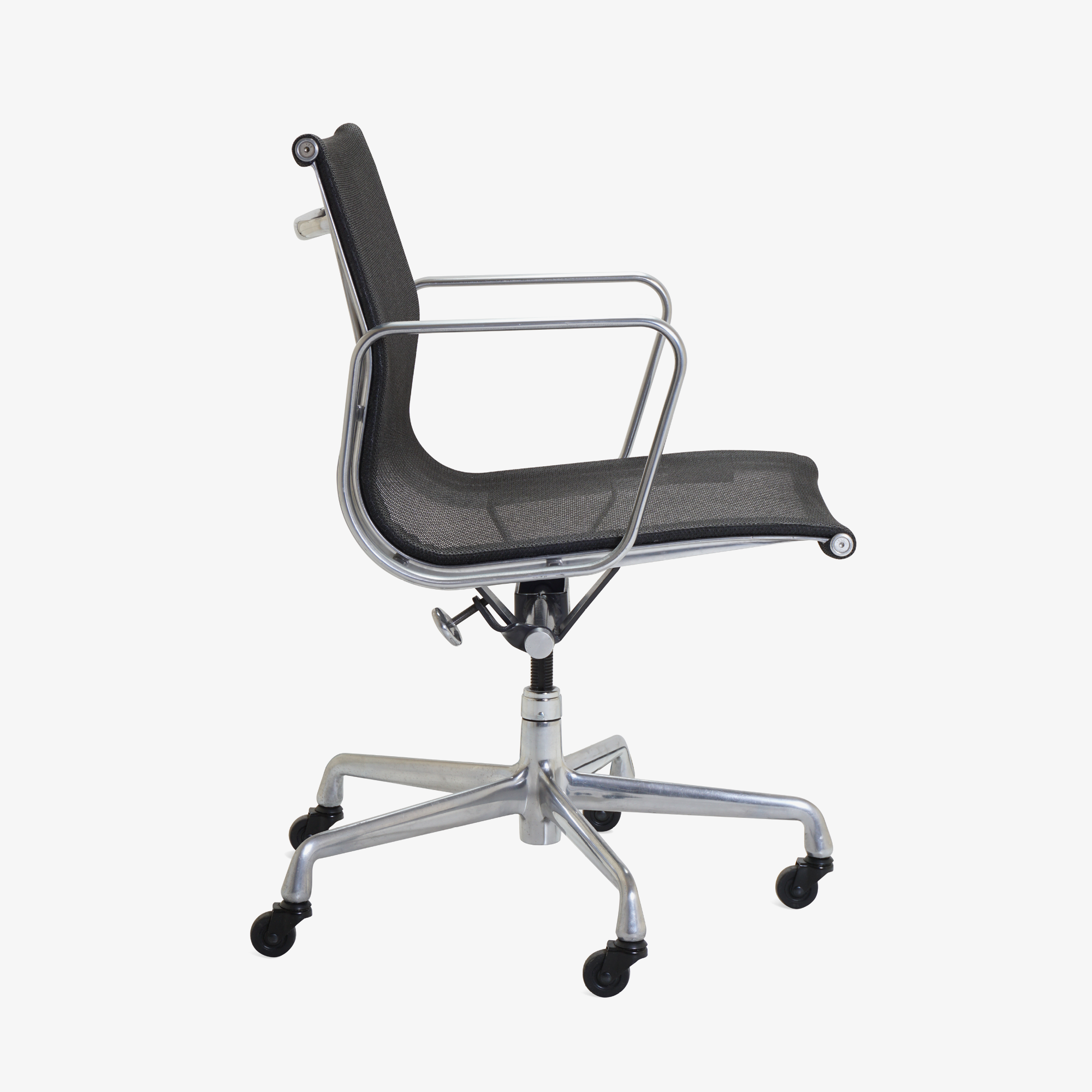 Aluminum Group Management Chair in Black Mesh by Charles & Ray Eames for Herman Miller4.png