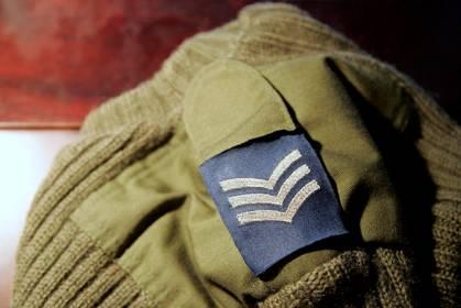 Un exemple ici avec ce pull militaire britannique. Les plus calés d'entre vous ont reconnu le grade de sergent.