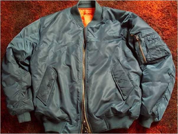 MA-1 : disparition du col type A2 (du fait de l'apparition de casques imposants) et doublure orange : le pilote pouvait retourner sa veste, la couleur orange facilitant la localisation en cas d'urgence