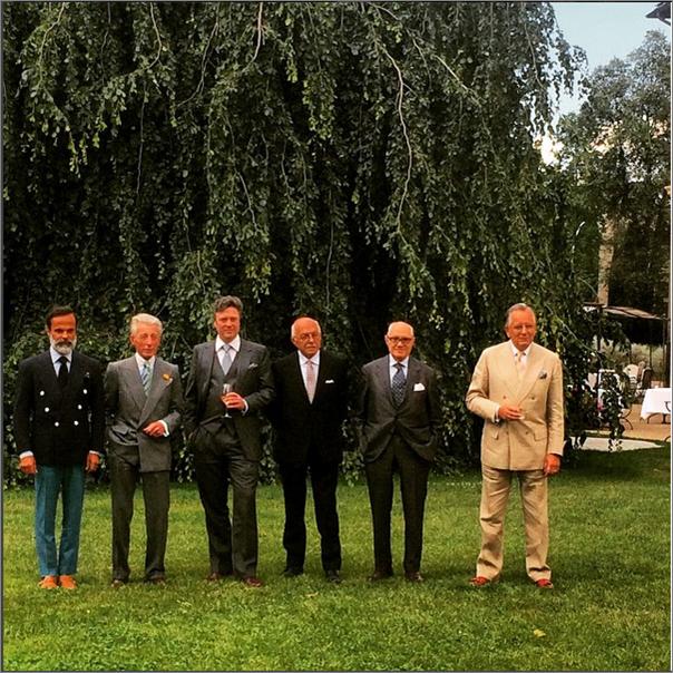 Ici lors d'un évènement du luxueux Rake magazine : De droite à gauche : Lorenzo Cifonelli, Edward Sexton, Richard Anderson, Antonio Panico, Antonio Liverano et John Hitchcock. N'a-t-il pas le pantalon le mieux coupé? (Ok Lorenzo Cifonelli n'est pas en reste)