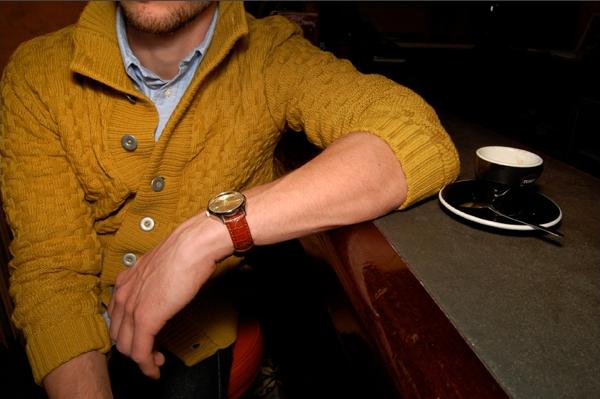La photo du blog Redingote date de quelques années, mais le look est toujours aussi stylé. Le cardigan SNS Herning en jaune ocre est de toute beauté !