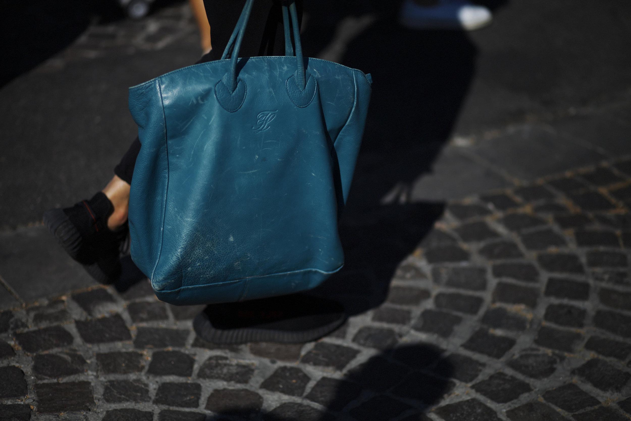 Pitti Uomo les indispensables paris 92 Florence bag sac cuir leather bleu