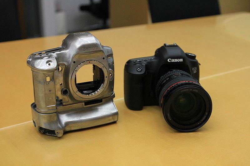 800px-Canon_EOS_5D_Mark_III_16.jpg