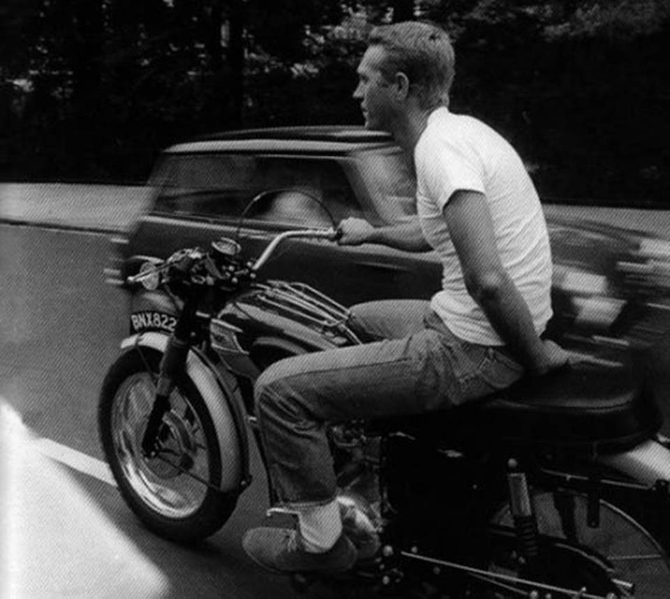Quand il ne se balade pas sur sa moto en Trialmaster, c'est en t-shirt et à une main s'il vous plaît ; Ne tentez pas ça chez vous !