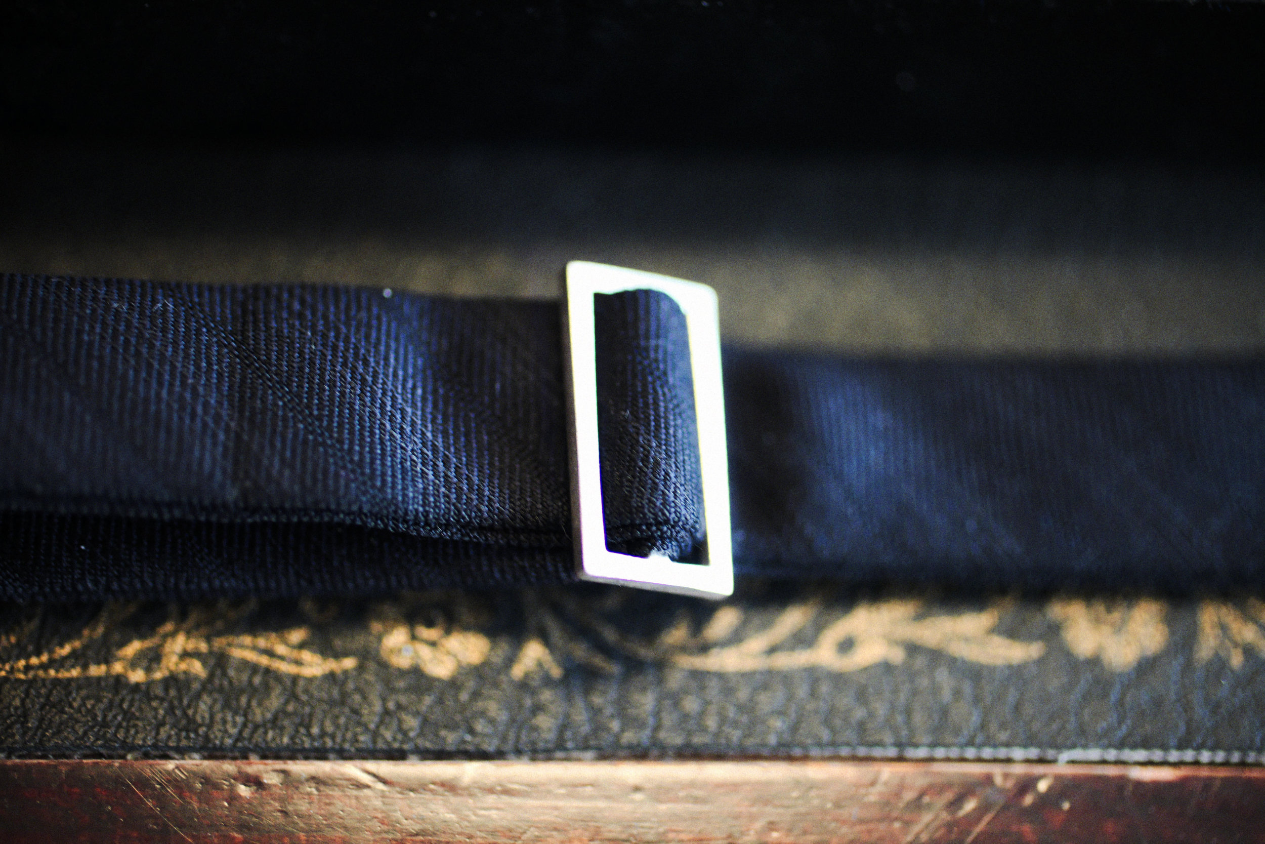 Fermoir en argent du noeud papillon : il est invisible une fois porté, un luxe discret qu'apprécie beaucoup Samuel