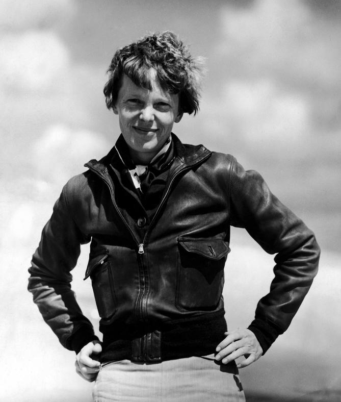 Amelia Earhart porte ici une version avec une fermeture éclair