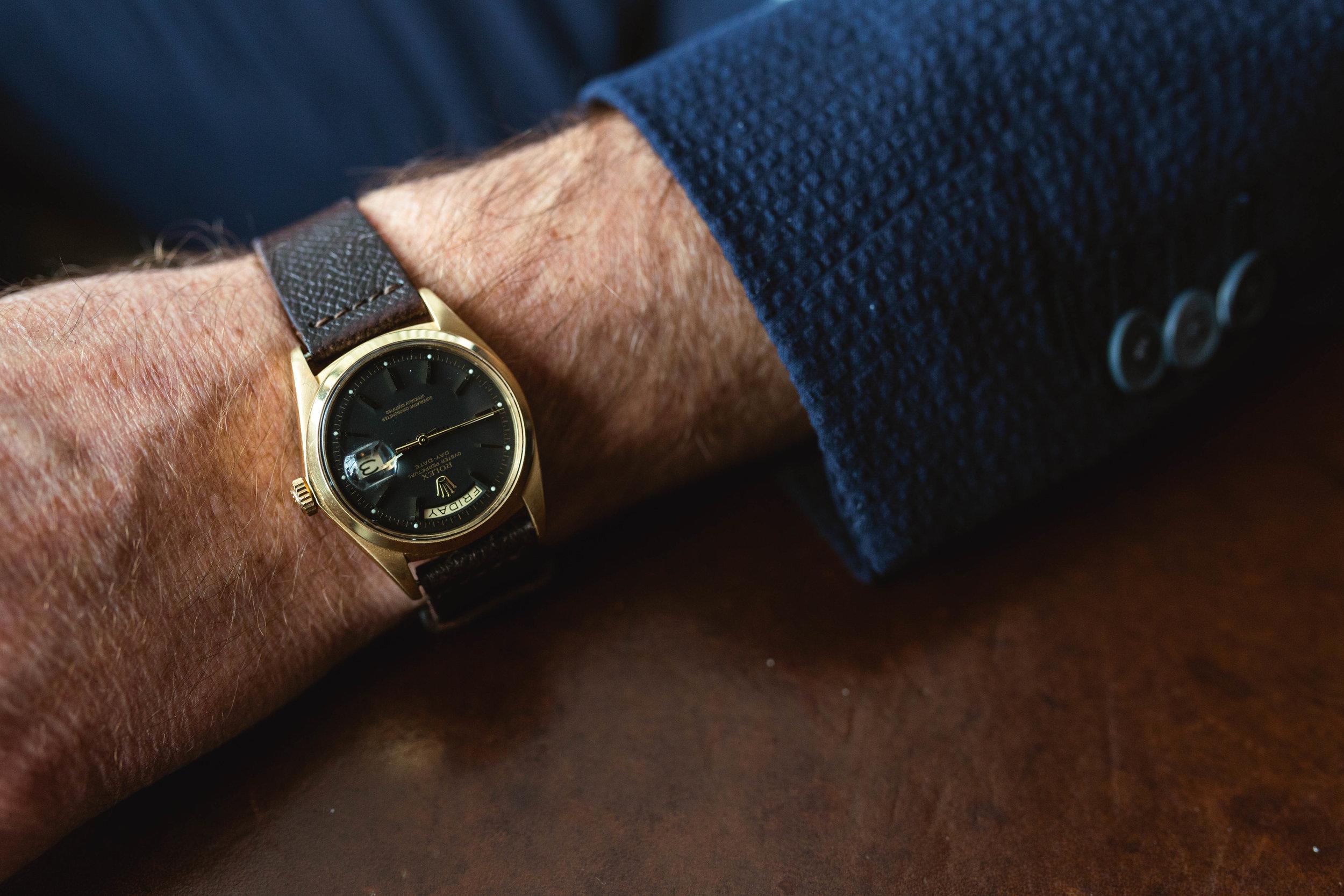 Veste en seersucker bleu marin de Lardini et montre Rolex