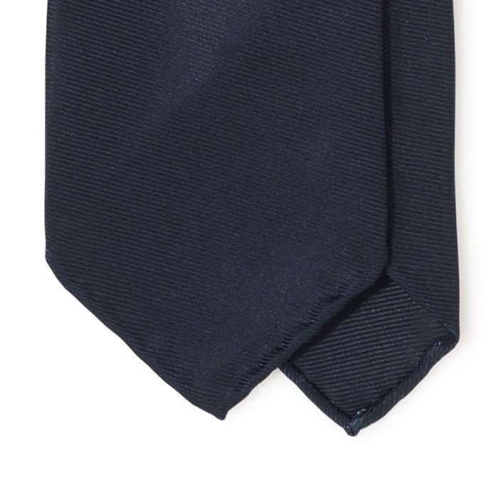 Exemple ici avec une cravate Drakes en twill de soie 50 oz