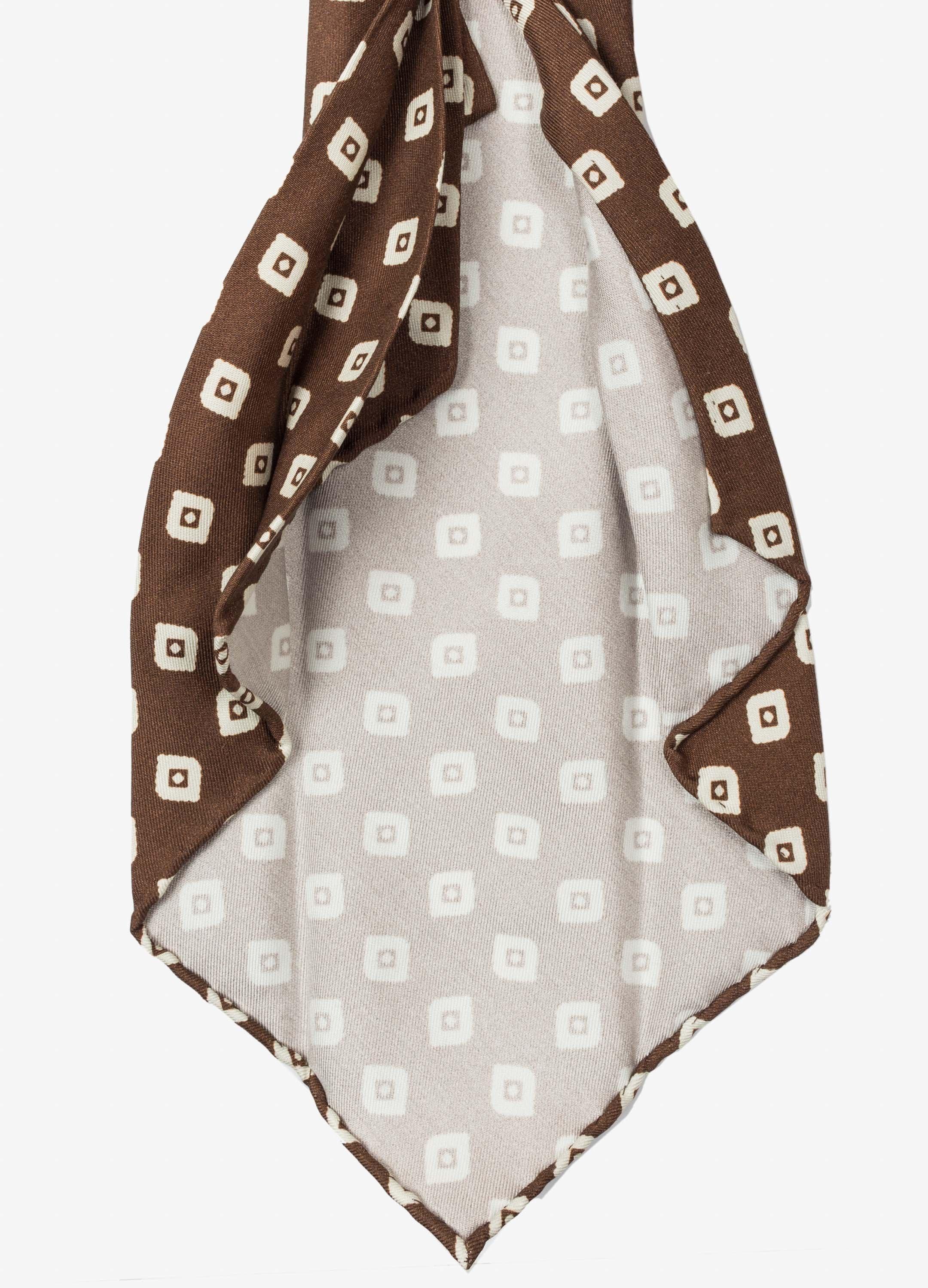Cravate 7 plis de la marque suédoise  Berg and Berg -  Confectionnée en Italie  On distingue facilement les plis ainsi que l'absence de triplure.