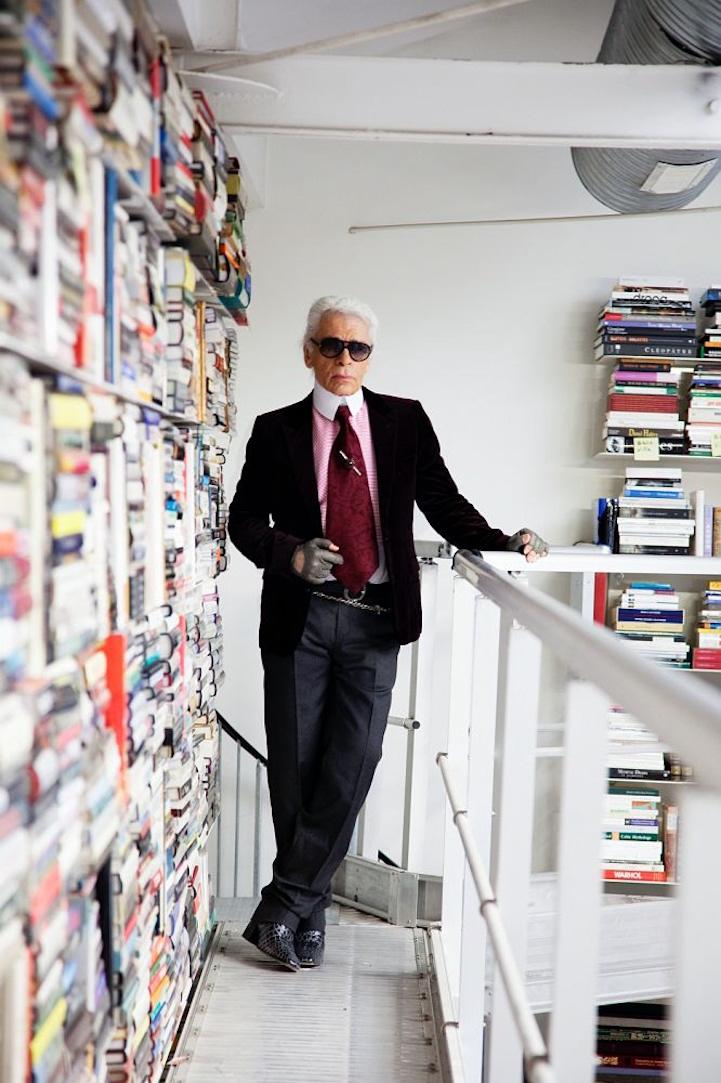 Karl Lagerfled dans sa bibliothèque - Cravate large de plus de 10 cm Voilà déjà plus de 35 ans, qu'il n'est jamais sorti sans cravate. Un exemple à suivre ?