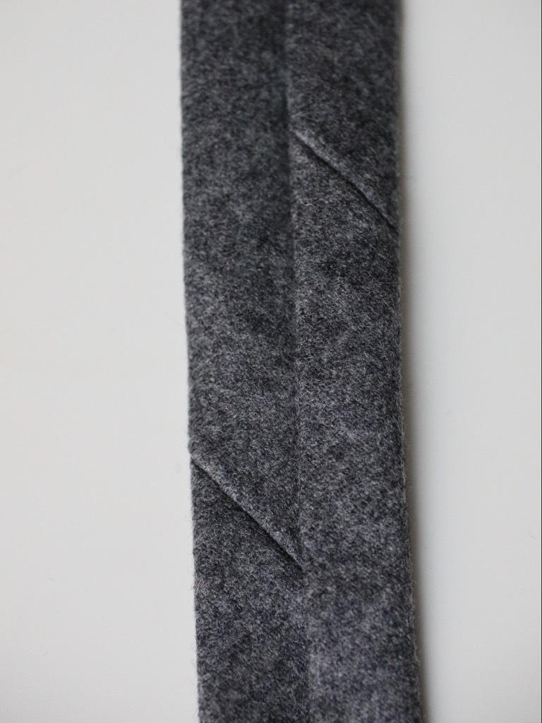L´envers de la cravate, on voit deux « entailles »