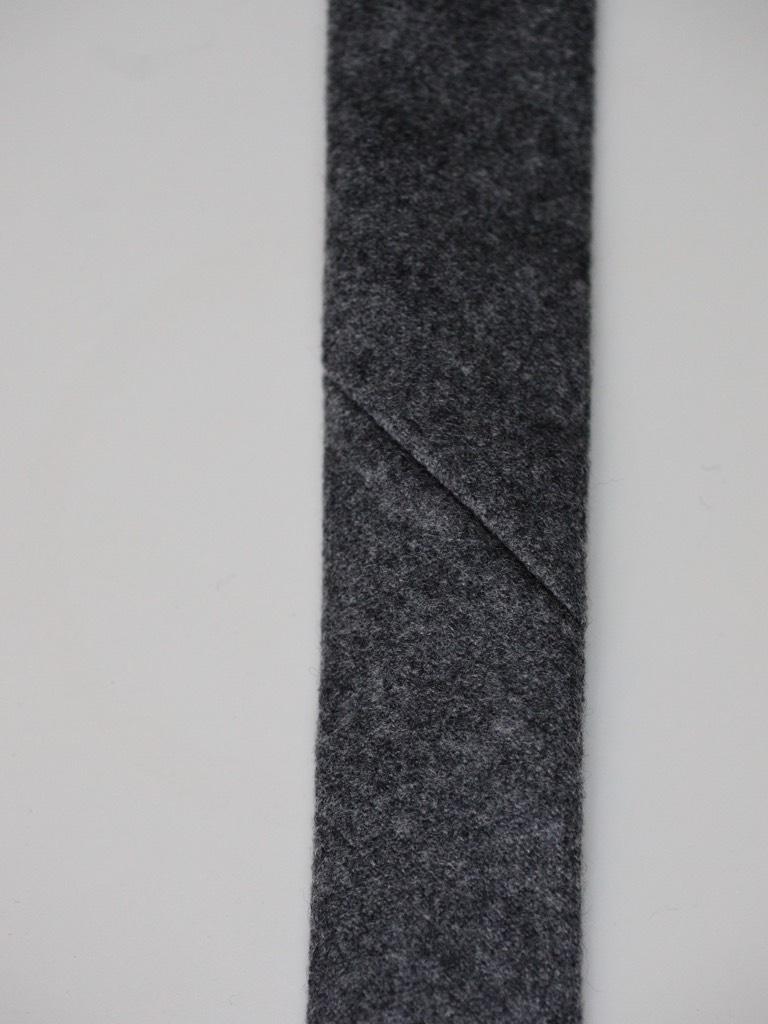 L´endroit de la cravate, on voit une « entaille »