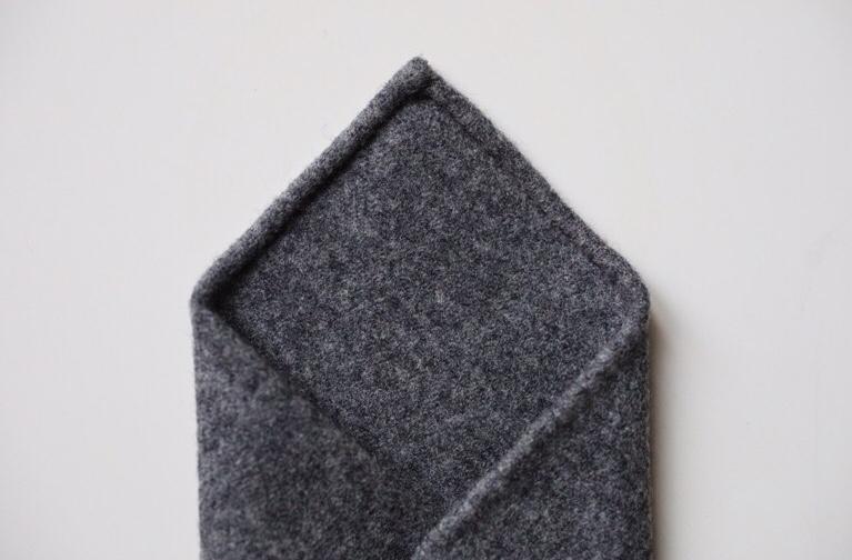 Roulotté réalisée à la main sur notre cravate en laine Barberis