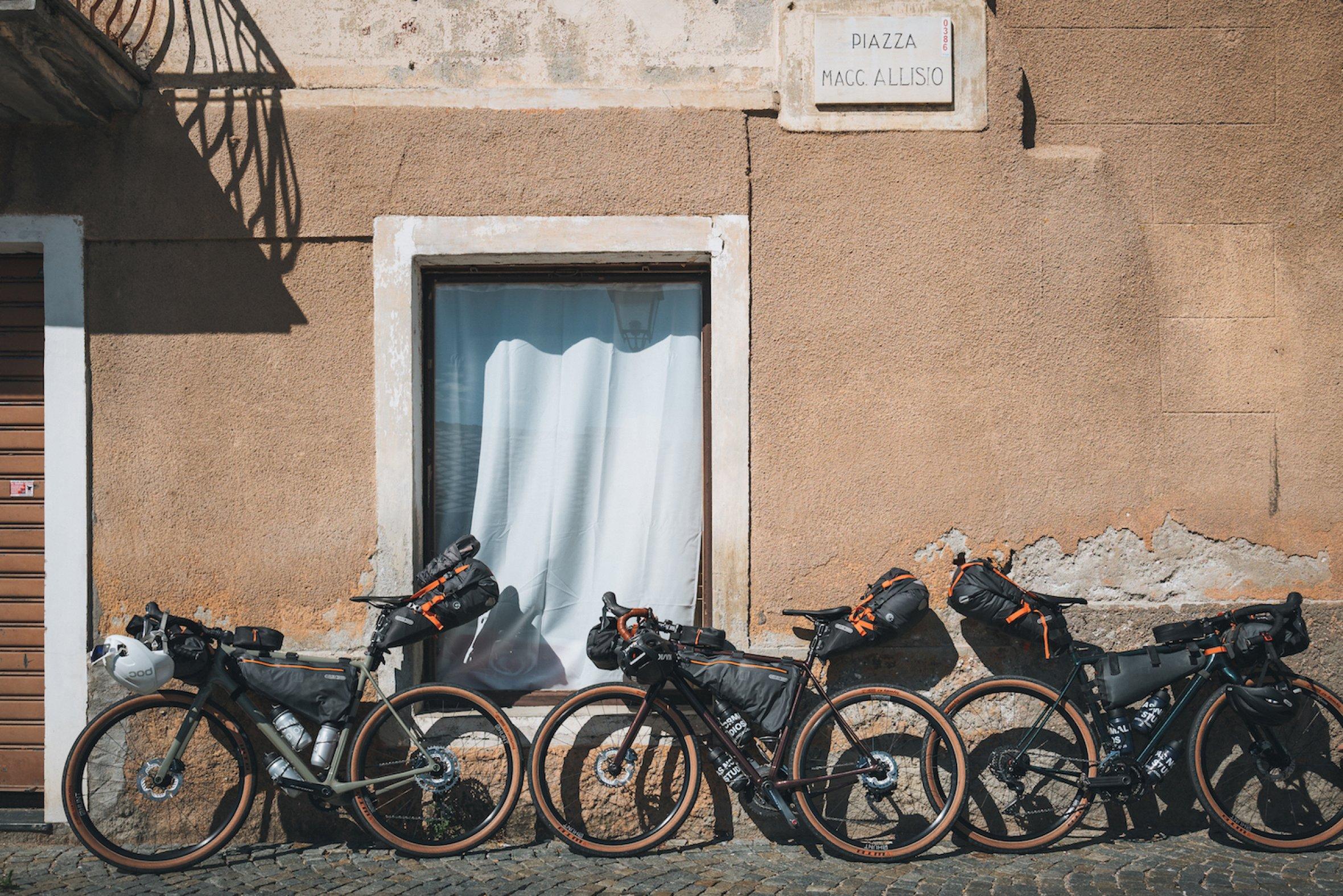 Des  gravel bikes   parés pour l'aventure longue distance