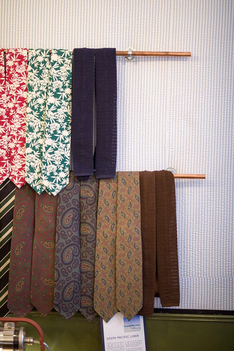 Cravate Drake's London - Celle en soie bleu marine à bout carré est parfaite pour l'été