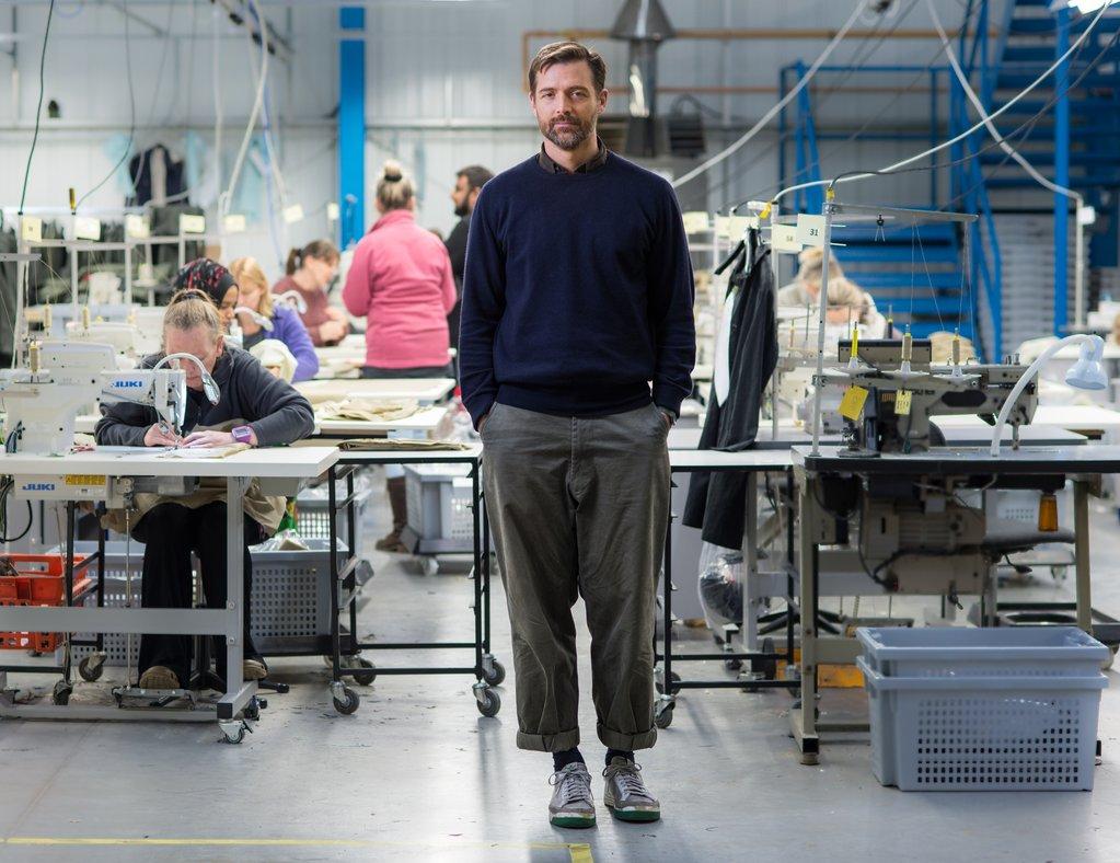 Patrick Grant dans une usine textile anglaise - Image : Community Clothing