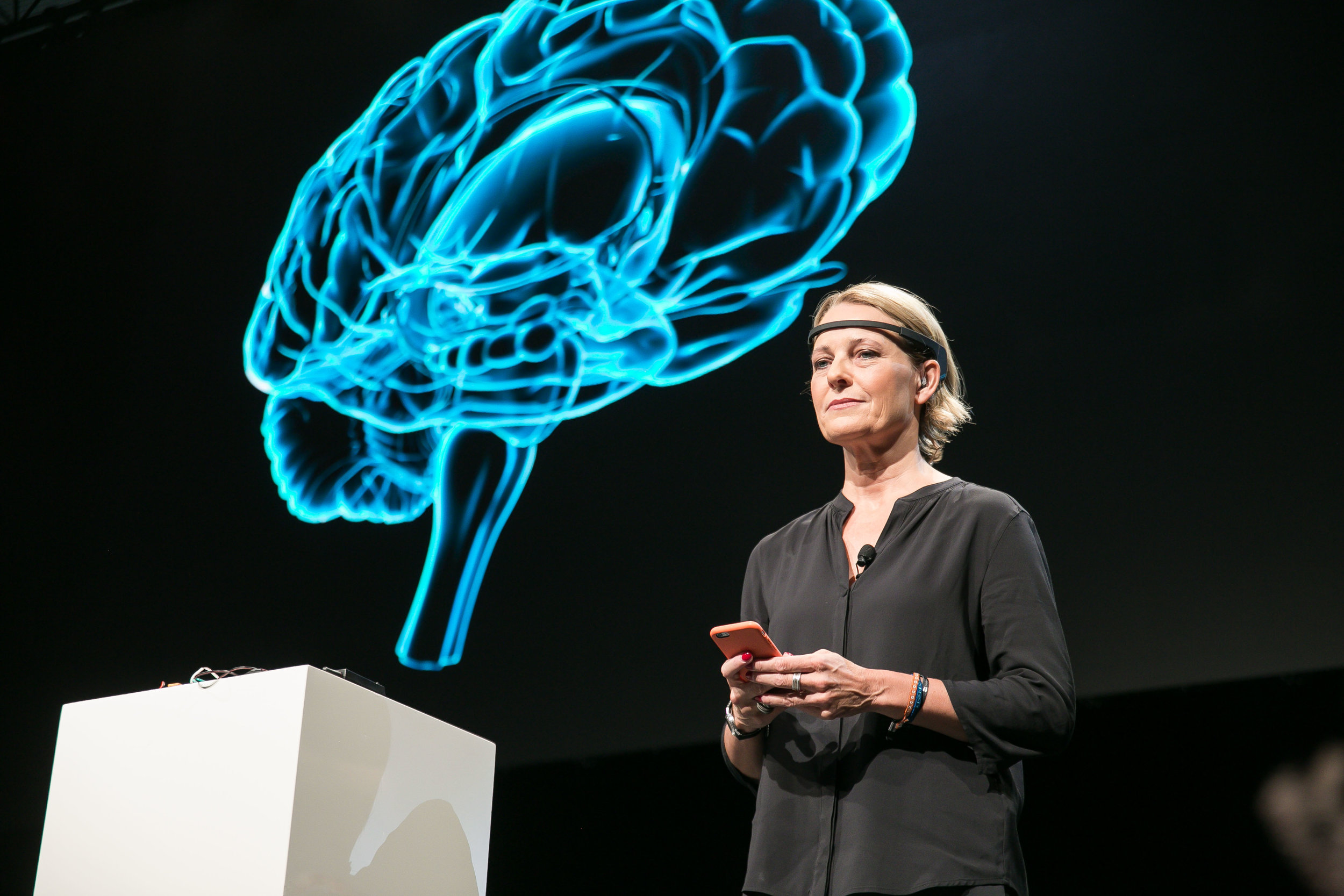 Journalist and Wirtschaftswoche publisher Miriam Meckel demonstrates how thoughts and emotions can be tracked in a discussion at me Convention 2017 on leadership in the age of neurocapitalism (photo by Markus Nass).