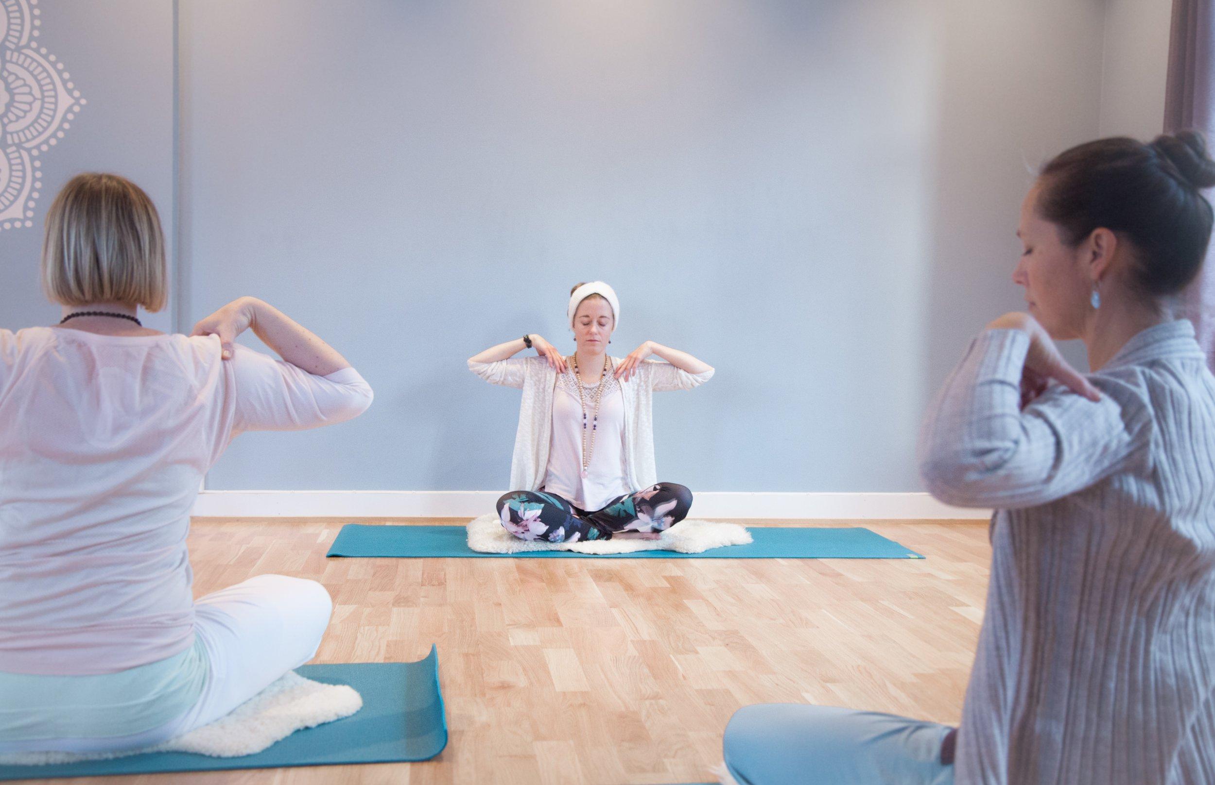 """(Foto: Thomas Bell)   Yogalærer Ane Nilsen Bjerke   Ane er KRI sertifisert kundaliniyogalærer. Hun tok sin kundaliniyogalærerutdannelse i 2016/17. Et ordtak Ane liker godt er: """" Yoga handler ikke om å nå tærne sine. Men hva som skjer på veien ned."""""""