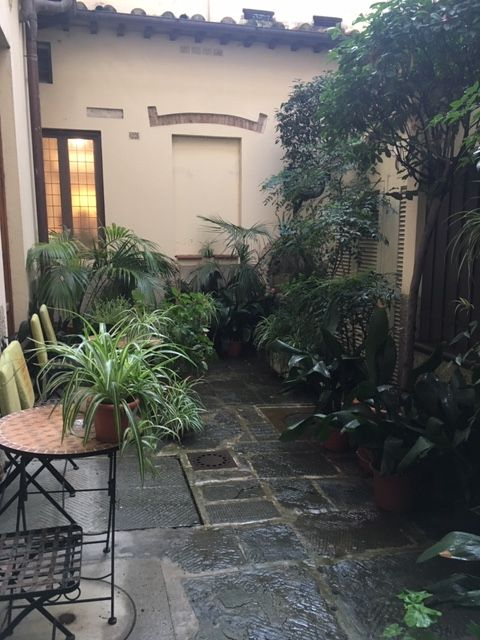 A courtyard at Hotel Morandi alla Crocetta