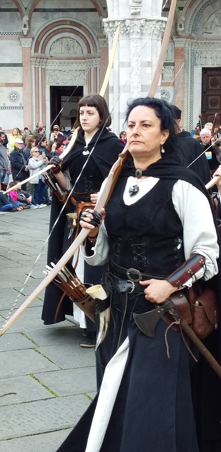 Fierce ladies - each with an  arco   lungo  (long bow)