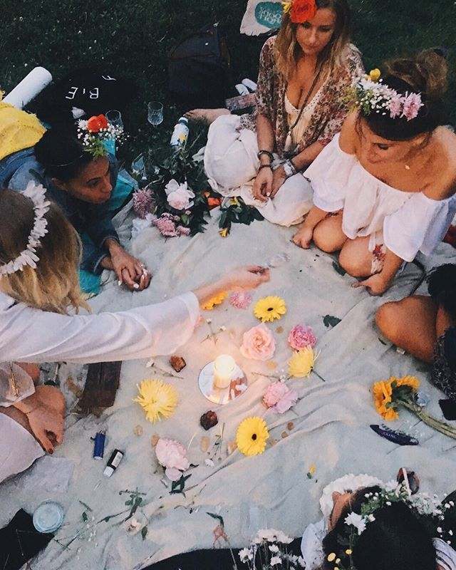 Yesterday's SUMMER SOLSTICE marked the first official day of summer! 🌞🌞🌞🌞🌞 These photos are from a Summer Solstice ritual I did with my friends 2 years ago - where we made a flower alter, set our intensions, and drank multiple bottles of rosé ☺️🌸🌸🌸 ⠀⠀ ⠀⠀ This is the season of LIGHT. ✨✨✨✨ So be the light + surround yourself with light. Avoid people and places that bring you a feeling of darkness. Go out and explore, feel free... and P L A Y !!! 🤸🏼‍♀️🍭🍾☀️ (& drink mezcal jalapeño margs 😜) ⠀⠀ ⠀⠀ sending u summery love 💕💕💕 #summer #summersolstice